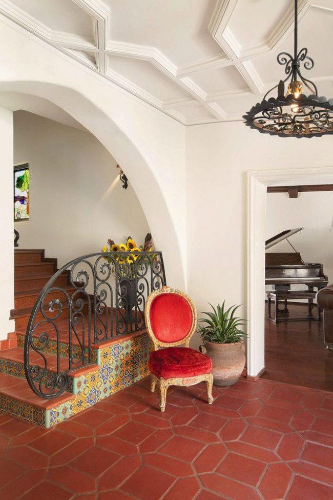 Красивая марокканская плитка в оформлении лестницы частного дома