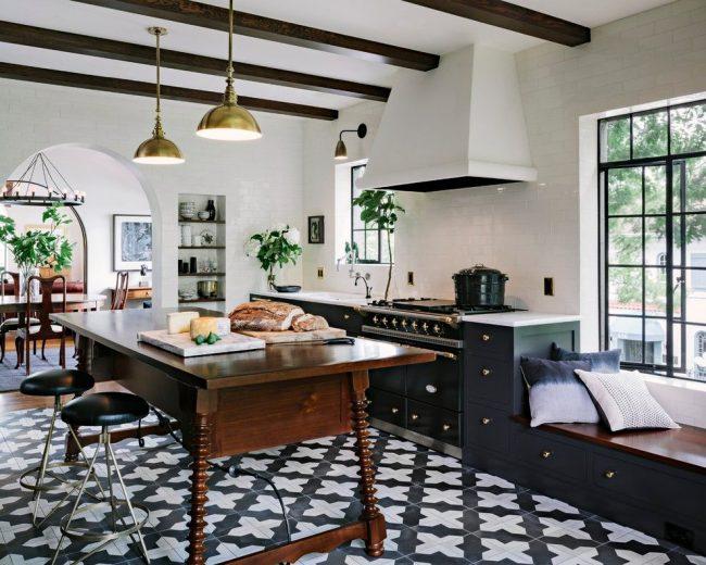 Стильная черно-белая кухня с керамической плиткой на полу