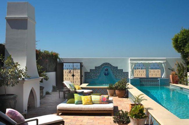 Марокканская плитка яркого бирюзового цвета в оформлении патио с бассейном