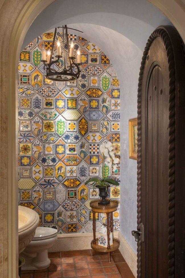 Разноцветная марокканская плитка красиво украсит стену в санузле