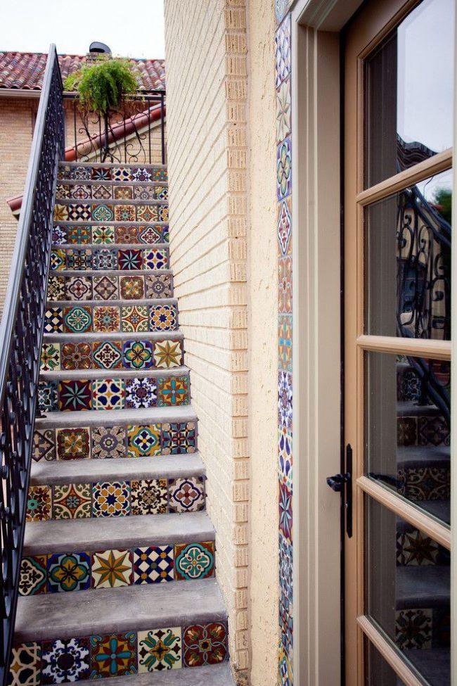 Марокканская плитка с красивым узором на ступеньках и в обрамлении входной двери