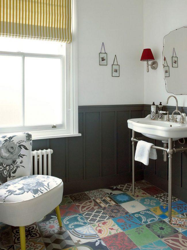 Ванная комната в стиле фьюжн с интересной керамической плиткой на полу