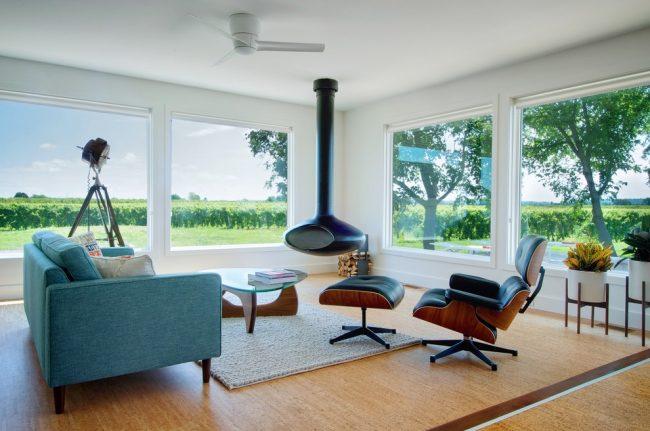 Шикарная гостиная с большими окнами в стиле модерн