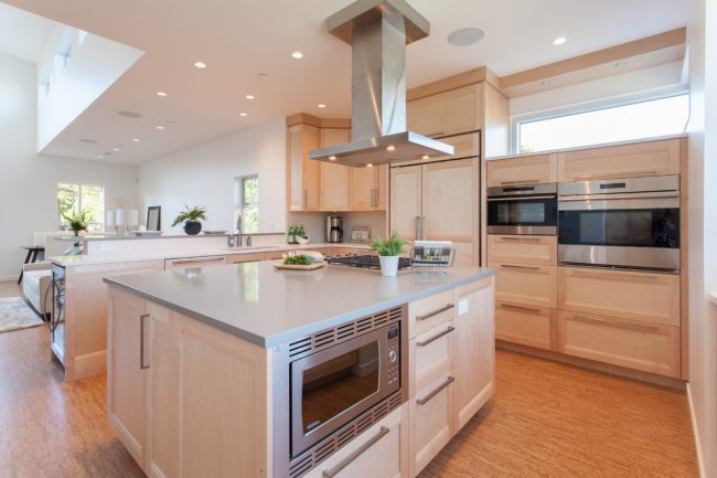 Пробковое покрытие для пола прекрасно смотрится на кухне современного стиля