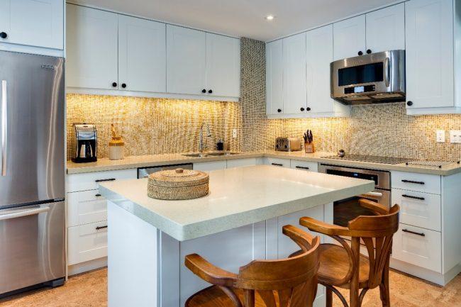 Пробковое покрытие в отделке пола маленькой кухни