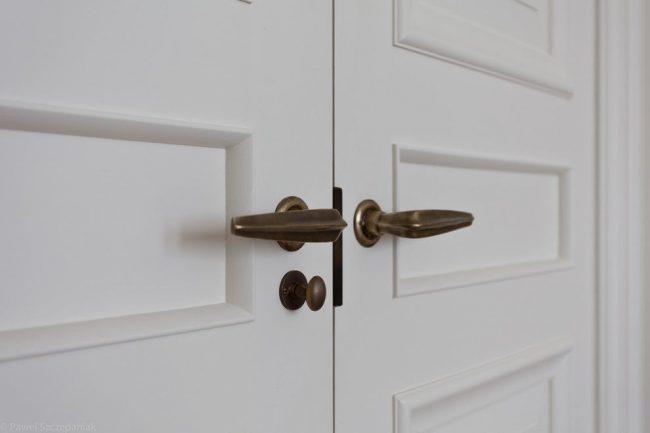 Интересные металлические ручки под бронзу для межкомнатных дверей