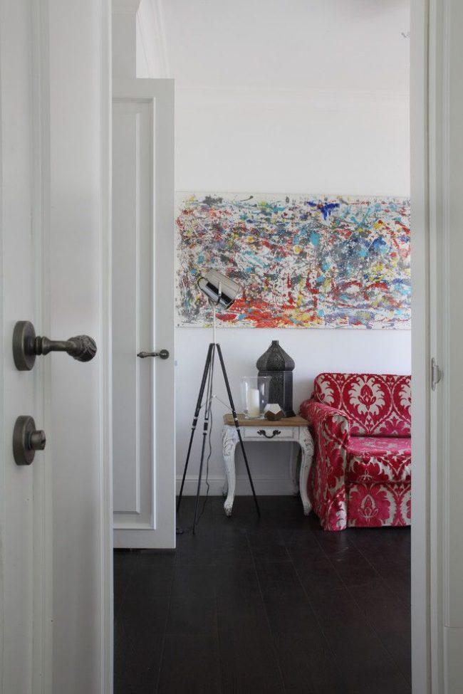 Интерьер в стиле фьюжн с белыми межкомнатными дверями и красивыми соответствующими ручками из металла