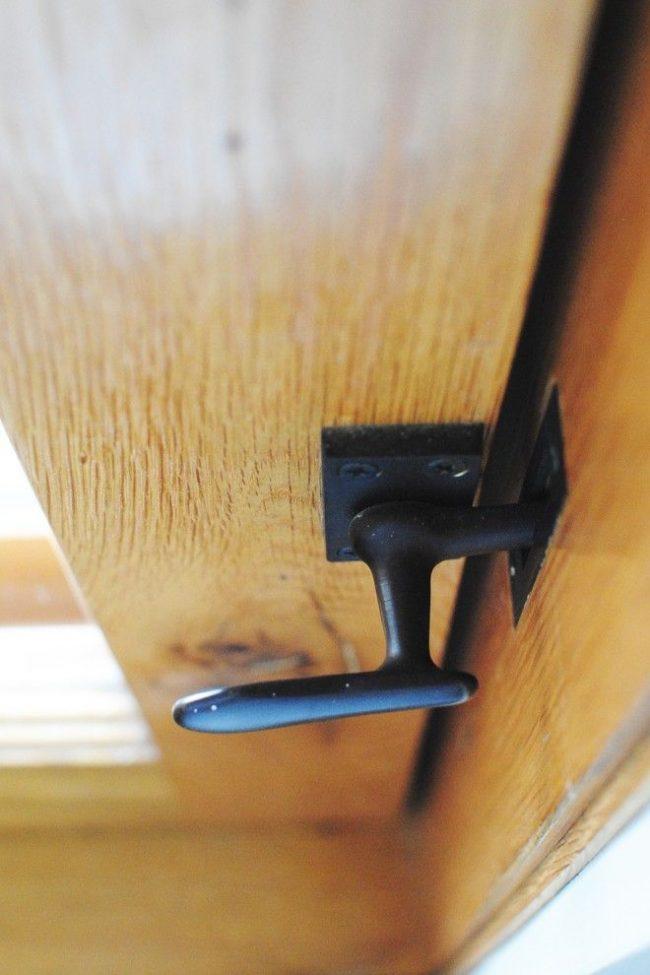 Миниатюрная ручка с замком для межкомнатной двери, стоящей в углу комнаты