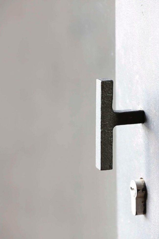 Необычная металлическая ручка с замком подойдет для эклектичного интерьера