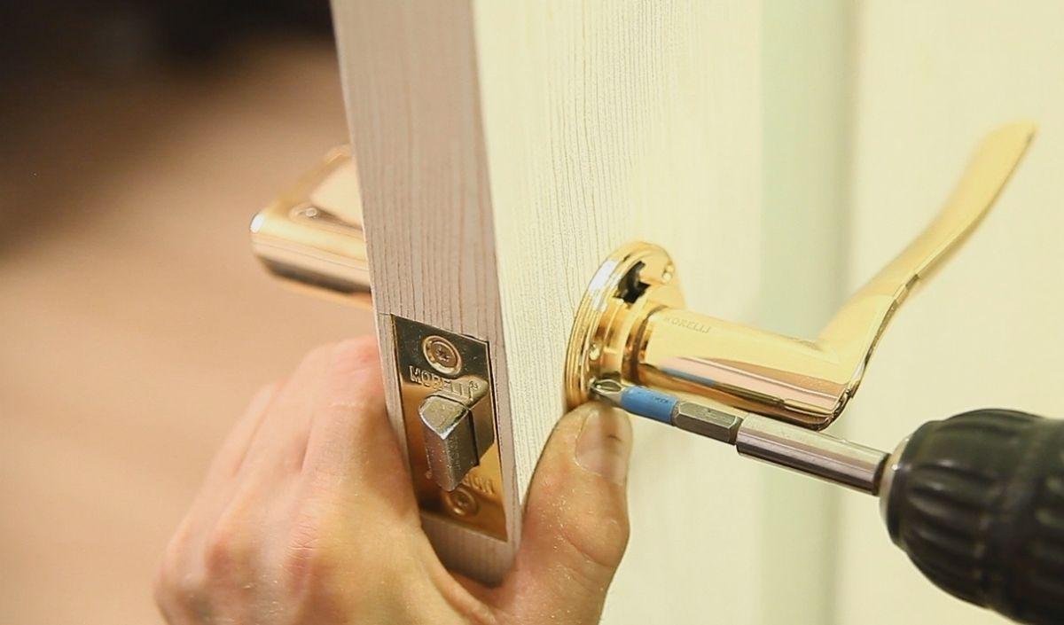 Как врезать ручки в межкомнатную дверь своими руками