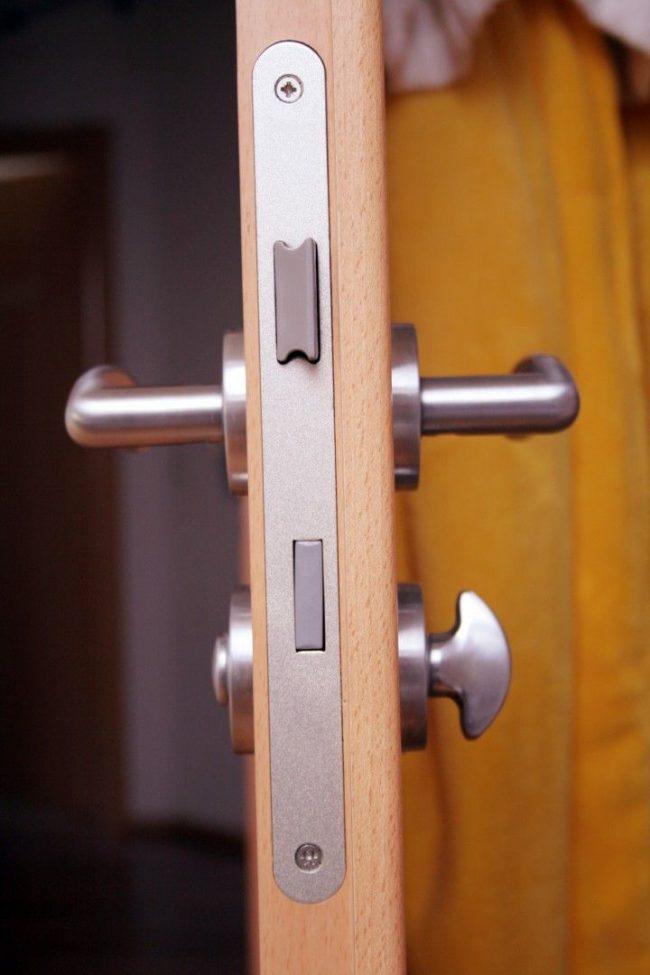 Стандартный замок для двери с нажимной ручкой