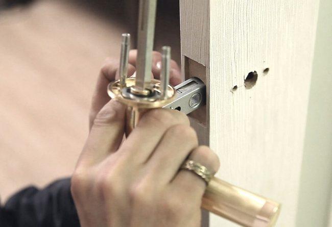 Процесс установки дверного замка