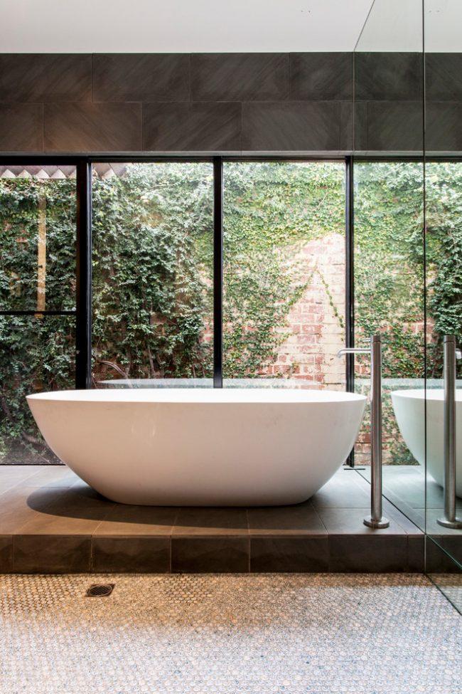 Великолепная ванная комната с панорамным окном