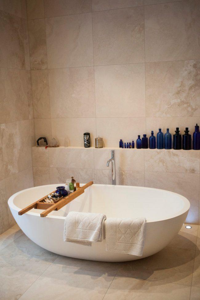 Стойка со смесителем отлично подойдет для керамической ванны