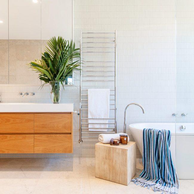 Хромированный изящный излив в дизайне ванной стиля модерн