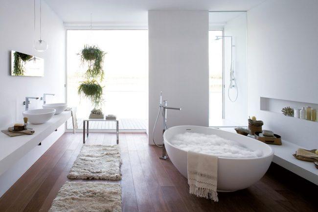 Смеситель с душем для ванной с длинным изливом в интерьере современной ванной комнаты
