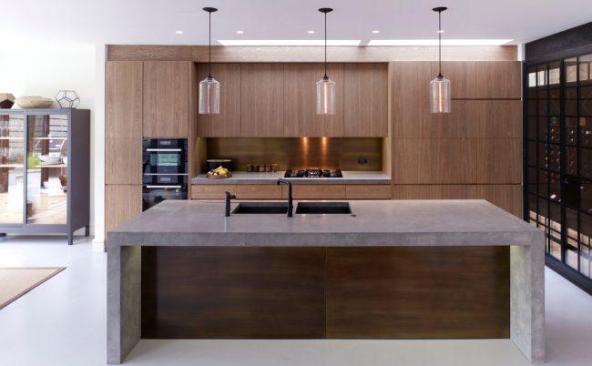 Двойная раковина в интерьере красивой кухни