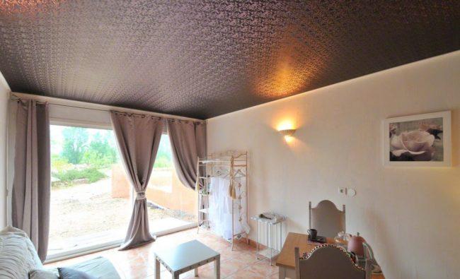 Тканевый потолок с классическим узором дополняется шторами того же цвета