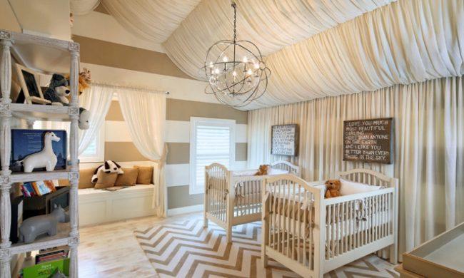 Тканевые волны на потолке в детской хорошо дополняют интерьер