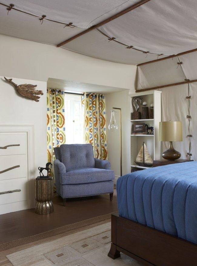 Эклектичный интерьер спальни с натяжным тканевым потолком