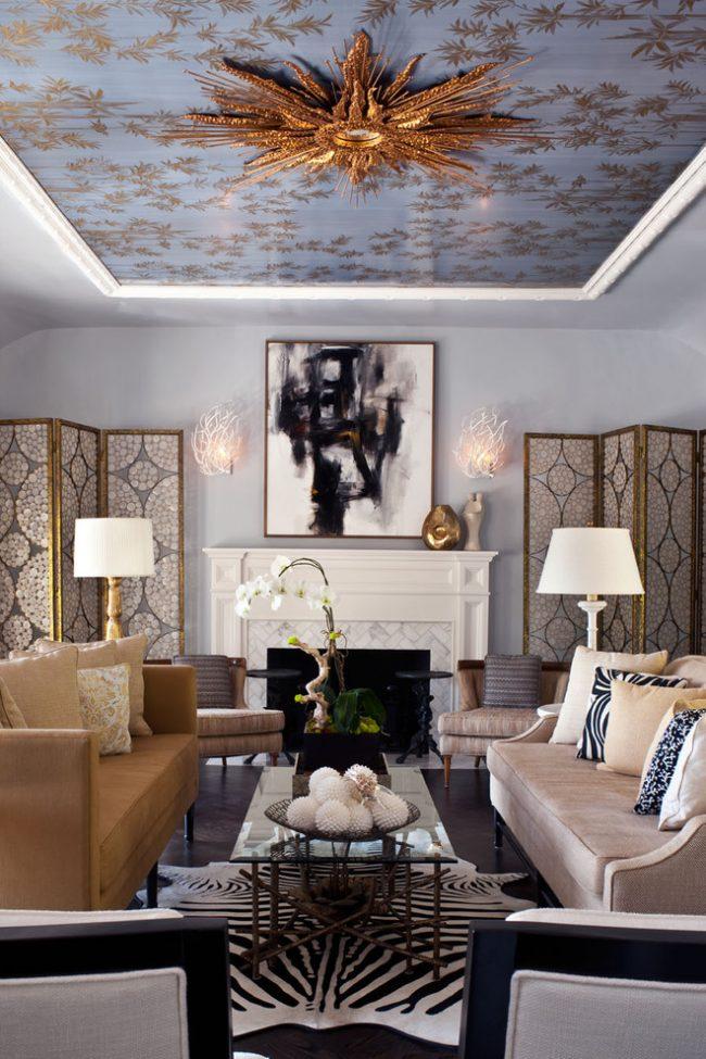 Натяжной тканевый потолок голубого цвета с золотым узором в интерьере гостиной