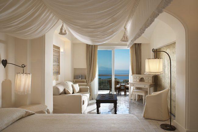 Красивый тканевый потолок в спальне средиземноморского стиля