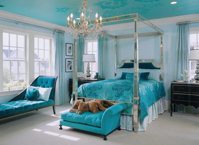 Спальня в голубых цветах с соответствующим тканевым потолком