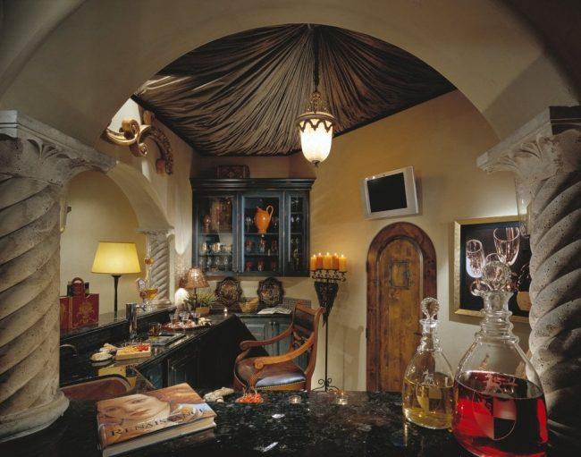 Красивый тканевый потолок в интерьере стиля эклектик