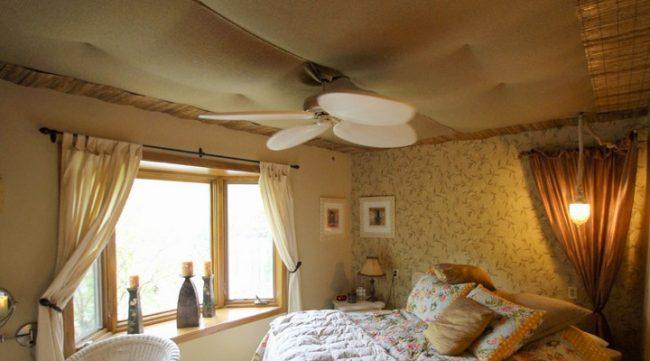 Натяжной тканевый потолок добавит уюта в спальне