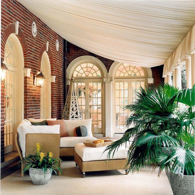 Патио в средиземноморском стиле с натяжным тканевым потолком