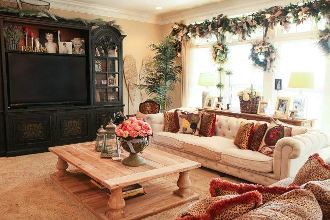 Декор окна новогодними венками и хвойными ветками