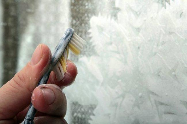 Декор окна с помощью зубной щетки и зубной пасты