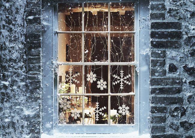 Зимний пейзаж на окне из зубной пасты смотрится очень красиво