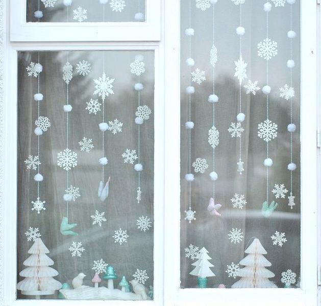 Новогодняя гирлянда из бумажных снежинок и ватных шариков