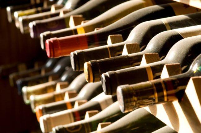 Бутылки с вином должны лежать на боку с погруженной в вино пробкой