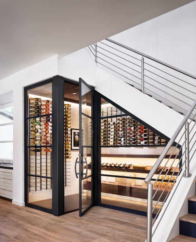 Место под лестницей станет отличным местом для размещения винного хранилища