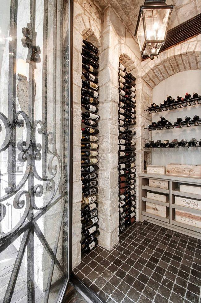 Великолепные ниши с арками для хранения вина