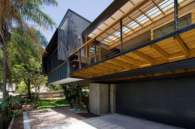 Ворота рольставни на гараж черного цвета придадут контраста вашему фасаду