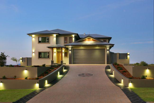 Подсветка поможет придать вашему фасаду выразительности в темное время суток
