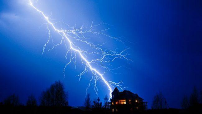 Молния может стать причиной не только поломки бытовых приборов, но и пожара