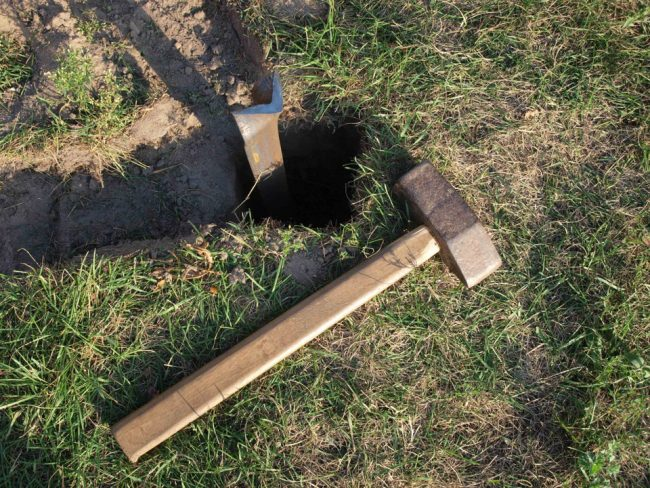 Процесс забивания арматуры в землю очень трудоемкий