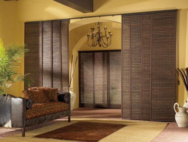 Бамбуковые шторы, раздвигающиеся по горизонтали, вместо стандартных дверей в японском интерьере