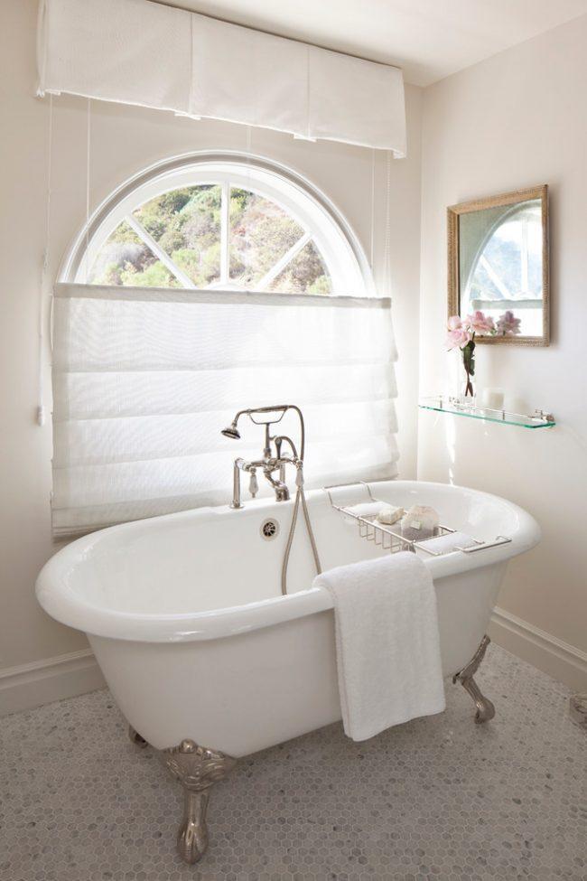 Отделка пола в ванной мозаикой нестандартной округлой формы из натурального камня