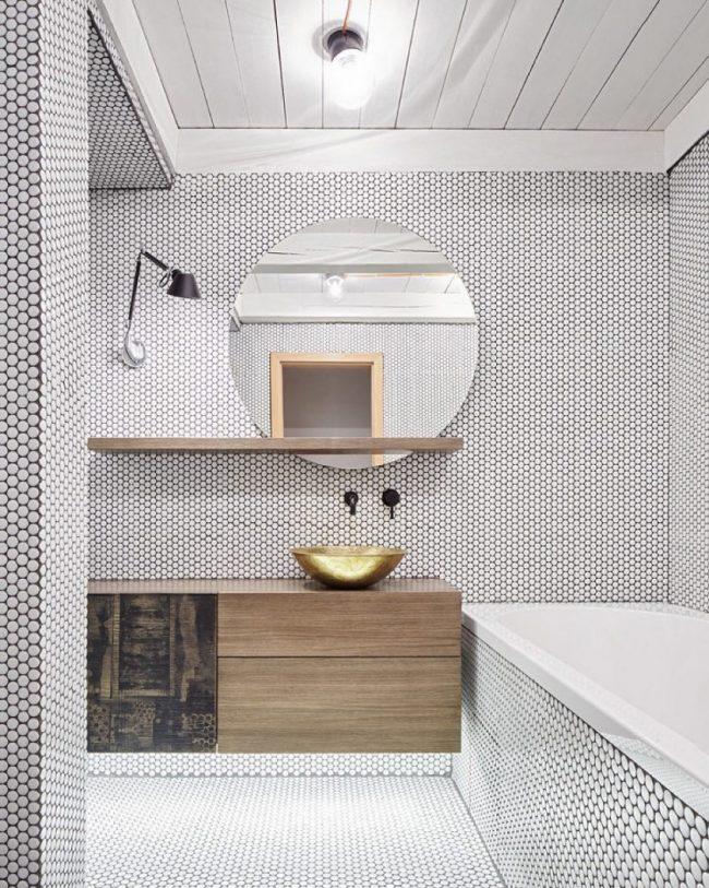 Шестигранная мозаика, украшающая стены, потолок и ванную
