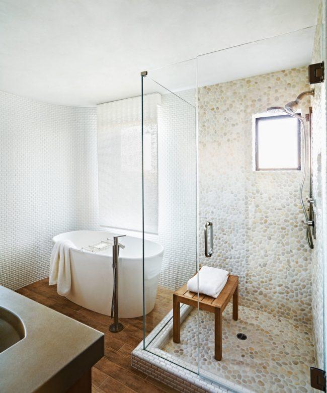 Гармоничное сочетание трех разных видов мозаики в одном помещении