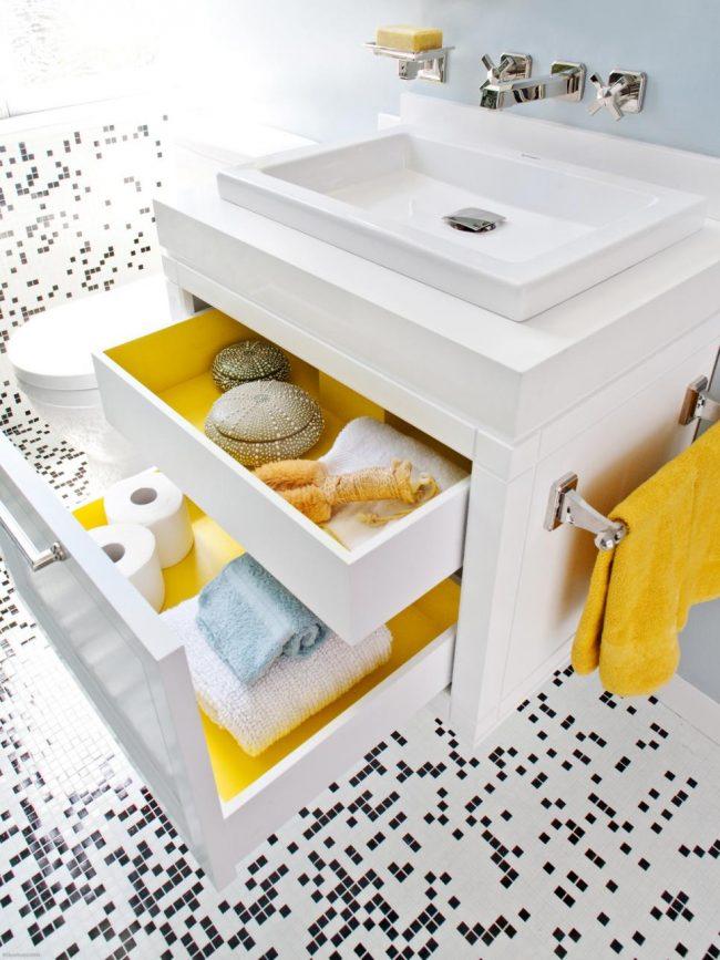 Интересная черно-белая мозаика на полу и панелях в ванной комнате