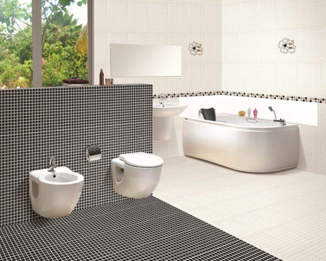 Классическое черно-белое сочетание плитки, зонирующее участки ванной комнаты