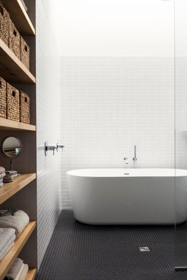 Игра контрастов в небольшом помещении ванной комнаты