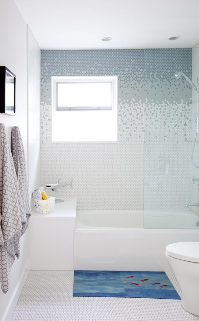 Грамотная и качественная работа в облицовке стен мозаикой с красивым переходом на более темный оттенок
