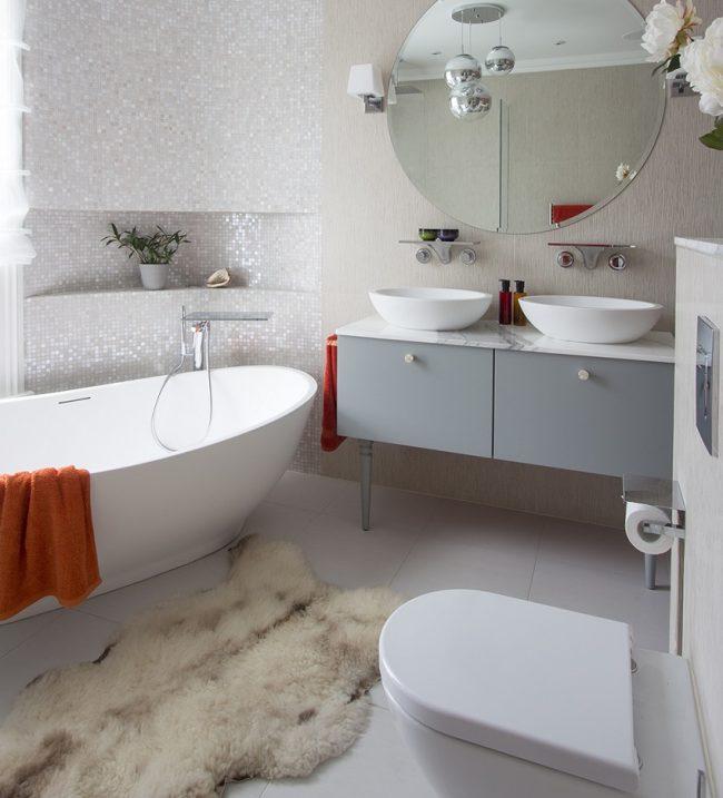 Классическая ванная комната небольших размеров с отделкой белой мозаикой